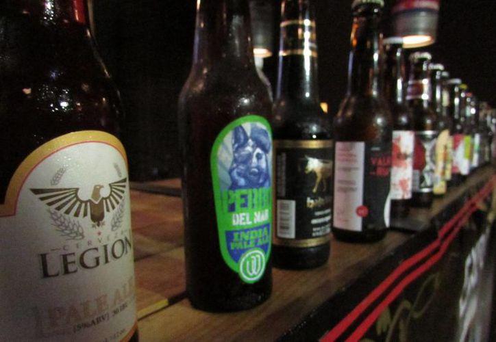Existen sitios de internet en los cuales puedes pedir cervezas nacionales e importadas y son llevadas hasta la puerta de tu casa. (Archivo/Notimex)