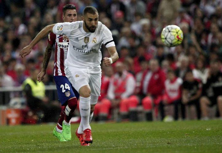 El Real Madrid se fue al frente en el minuto nueve con un gol de Karim Benzema (imagen); sin embargo, los 'Colchoneros' lograron el empate al 83 y tuvieron algunas jugadas que no supieron concretar. (Notimex)
