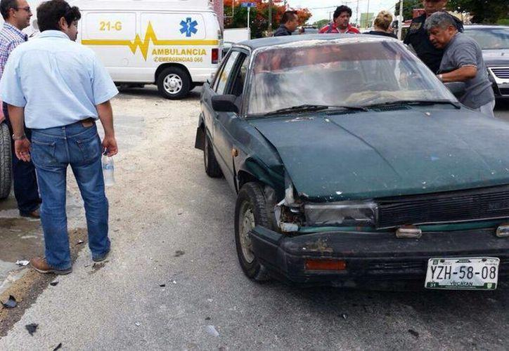 Un conductor ebrio a bordo de un Tsuru se estrelló contra un Porsche del año en la colonia San Vicente Chuburná. El daño está valuado en unos 200 mil pesos. (Luigi Domínguez/SIPSE)