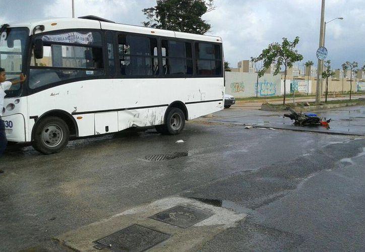 El accidente ocurrió en el Fraccionamiento Prado Norte, quedando implicadas una motocicleta y un autobús. (Redacción/SIPSE)