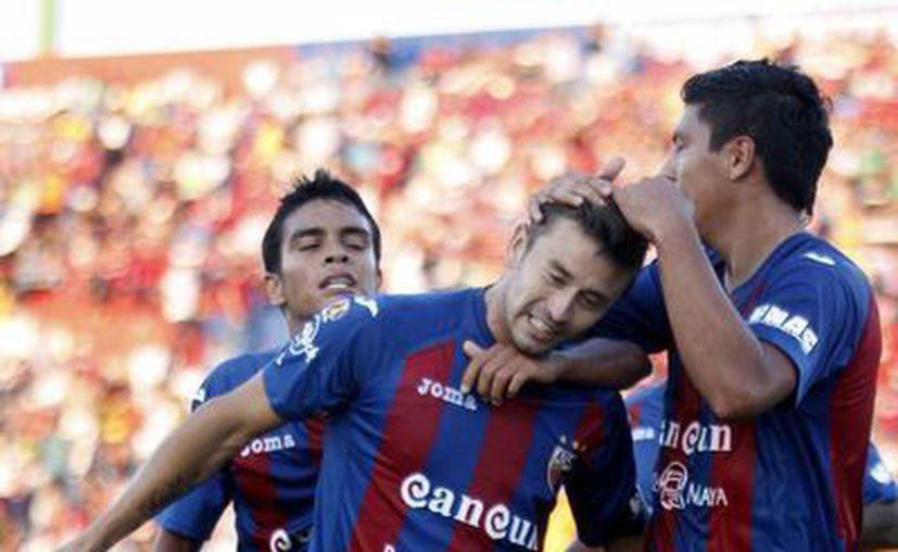 """Al minuto 31, Roberto """"Pájaro"""" Gutiérrez, mete el primer gol del partido. (Foto: Francisco Gálvez/SIPSE)"""