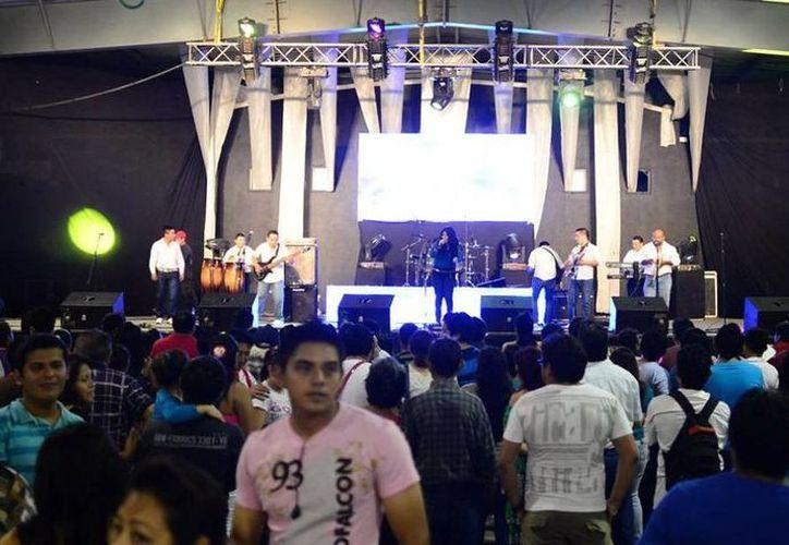 Como cada año, la tarima SIPSE presenta lo mejor de la música y espectáculos para los adoradores de Momo. (Luis Pérez/SIPSE)