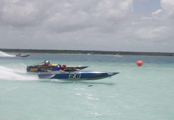 La contienda náutica dio inicio en punto de las 12 del día de ayer. (Carlos Horta/SIPSE)