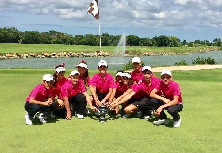 Los alumnos presumen sus trofeos de monarcas en el campo 'El Jaguar', en el Yucatán Country Club. (Milenio Novedades)