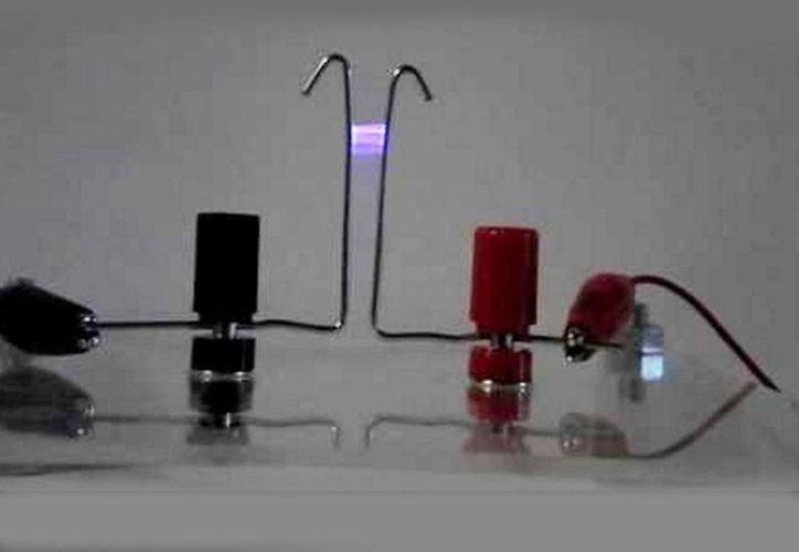 Al parecer trataba de realizar un experimento llamado la escalera de Jacob, que involucra un arco de electricidad de alto voltaje entre dos puntos. Imagen tomada de YouTube. (captura de pantalla)