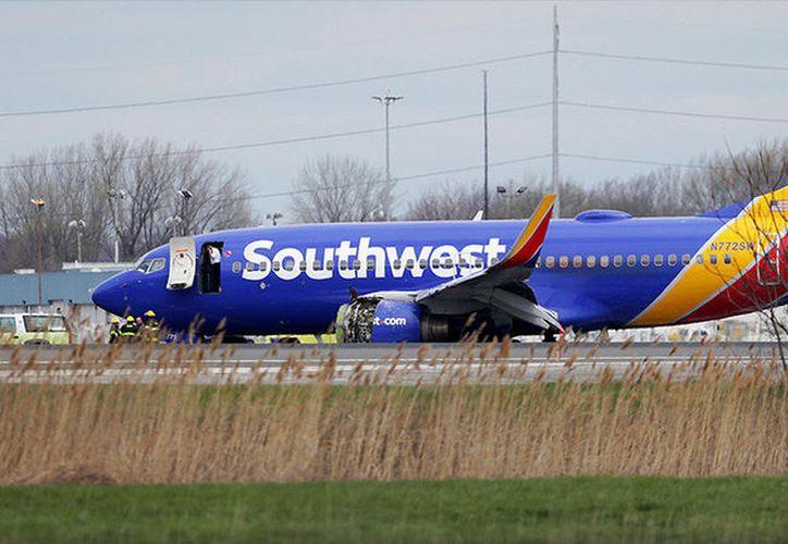 Los pasajeros compartieron fotos en sus redes sociales mostrando cómo quedó uno de los motores del avión. (Foto: AP).