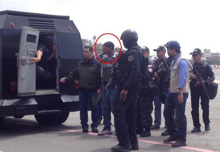 """Leiver Padilla Mendoza alias """"El Colombia"""", acusado del asesinato del diputado chavista Robert Serra, fue recibido por la comisión policial venezolana.(twitter/@MIJPVenezuela)"""