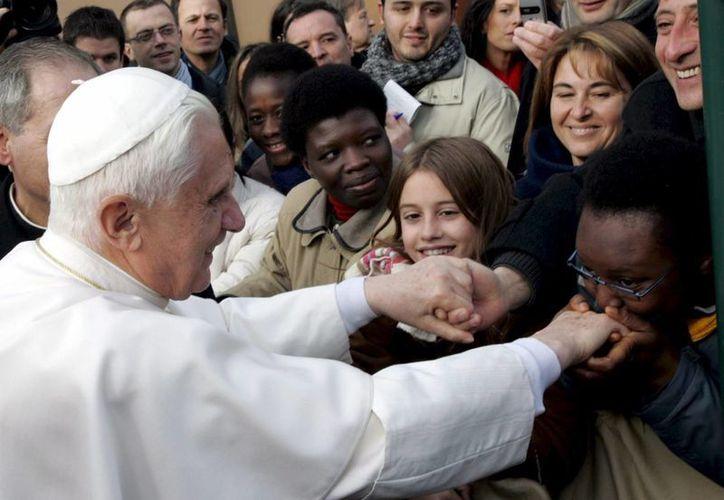 El papa Benedicto XVI saluda a católicos en el Vaticano. (EFE)