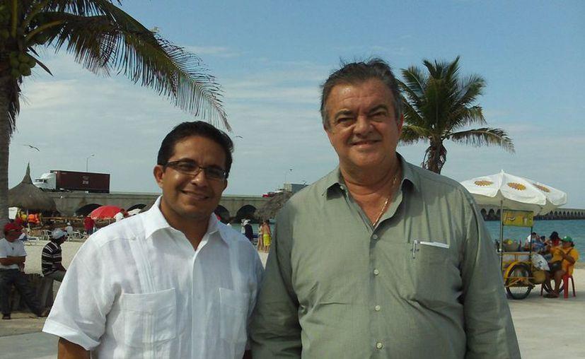 Saúl Ancona Salazar, secretario de Fomento Turístico (i), y Erick Rubio Barthell, jefe del Despacho del Gobernador, dialogaron sobre la necesidad de hacer de Progreso un puerto de primer nivel. (SIPSE)