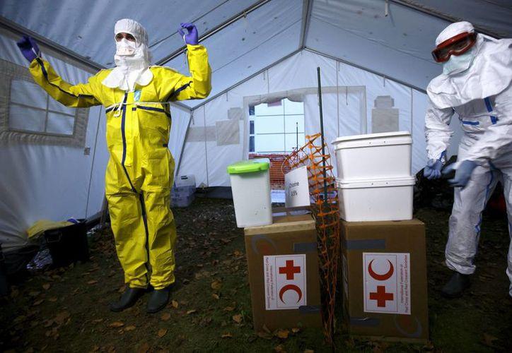 En África Oriental, el ébola se propagó debido a los frágiles sistemas de salud pública, cobrando miles de vidas pese a los intentos por frenar el virus. (EFE/Archivo)