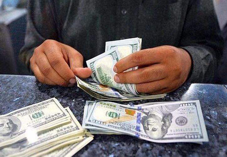El billete verde se compró en un mínimo de 15.23 pesos. (Archivo/AP)
