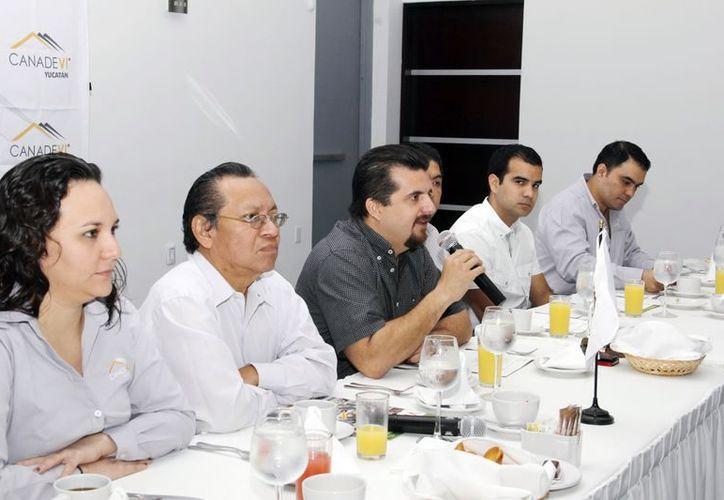 Al micrófono, el dirigente de la Canadevi Carlos Medina Rodríguez. (Milenio Novedades)