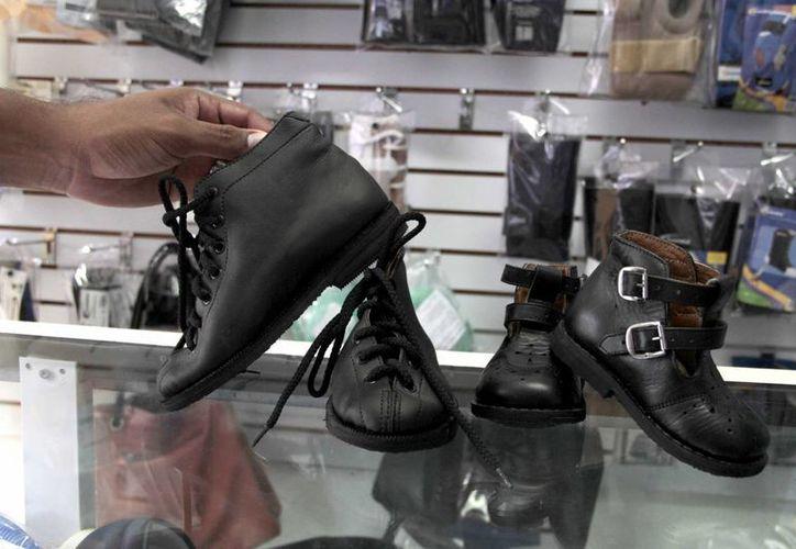 En la actualidad se descarta el calzado rígido y pesado por uno cómodo, en el cual se incluyen plantillas. (Tomás Álvarez/SIPSE)