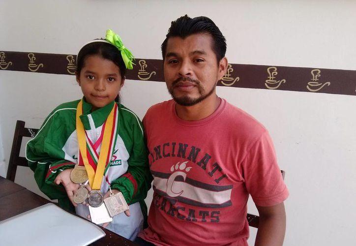 Brisa María Mena Martínez y su papá José Mena Chan. (Rossy López/SIPSE)