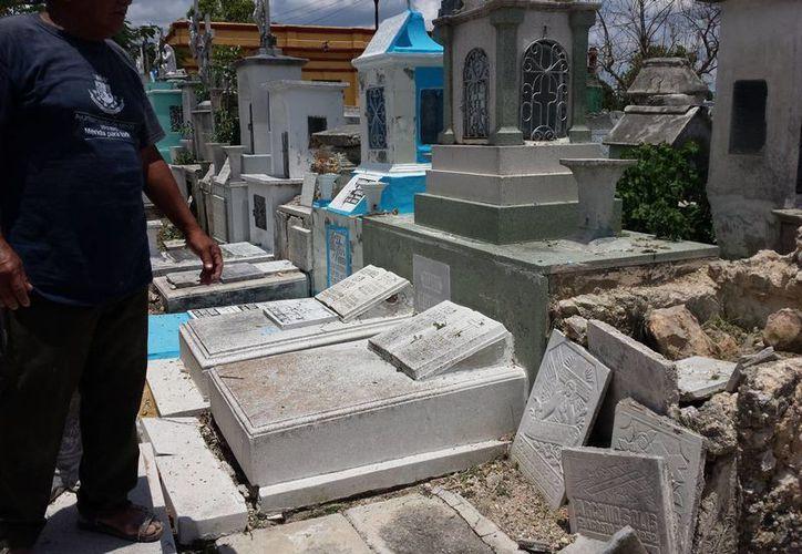 Varias tumbas del Cementerio General se encuentran en mal estado. (SIPSE)