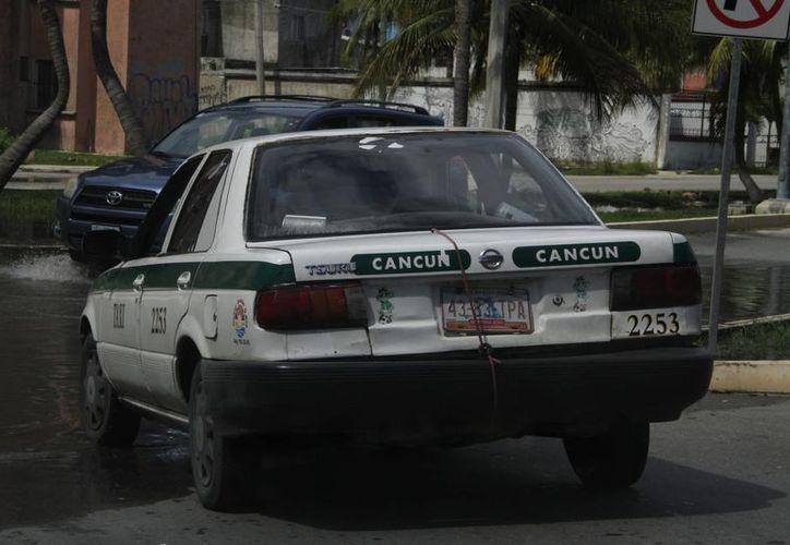 Verifican que los vehículos no tengan golpes, hendiduras, rayones, entre otros daños. (Tomás Álvarez/SIPSE)