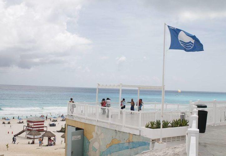 Playa Delfines es reconocida a nivel mundial gracias al galardón que les ha otorgado el comité de Blue flag. (Israel Leal/SIPSE)