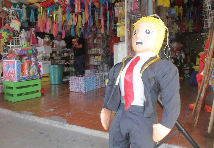 Las piñatas se ofrecen de diferentes precios. (Sergio Orozco/SIPSE)