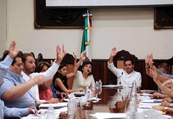 Ayer se llevaron al cabo dos sesiones edilicias, una extraordinaria y otra ordinaria, en las que se trataron acuerdos relacionados con la firma de convenios, rendición de informes financieros de las paramunicipales, expedición de un  nuevo reglamento municipal, entre otros. (Milenio Novedades)