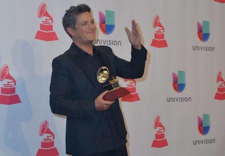 Alejandro Sanz sostiene su Grammy otorgado por el Mejor Álbum Pop Contemporáneo. Sanz se presentará en Ciudad de México, Guadalajara y Monterrey durante los primeros meses del 2016. (Archivo Notimex)