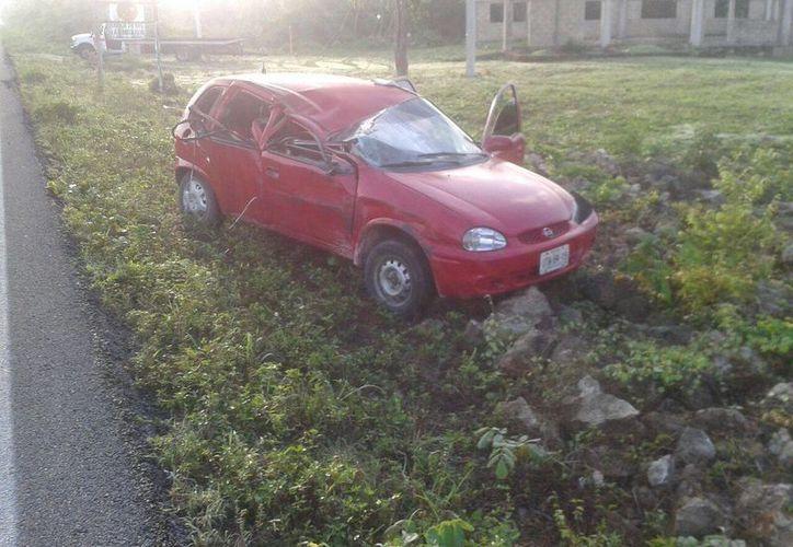El Chevy resultó con graves daños, sin embargo, el conductor no sufrió lesiones. (Redacción/SIPSE)
