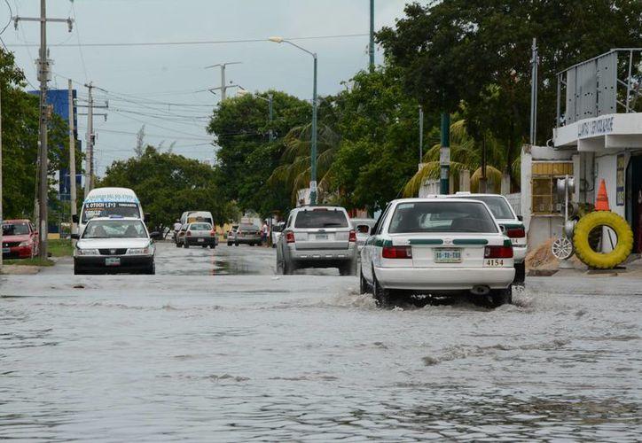 La lluvia ocasionó encharcamientos en diferentes puntos de Cancún. (Victoria González/SIPSE)