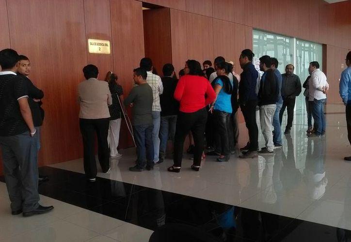 Asistentes a la sala donde se vinculó a proceso a un hombre acusado de asesinar a una joven de Conkal. (Milenio Novedades)