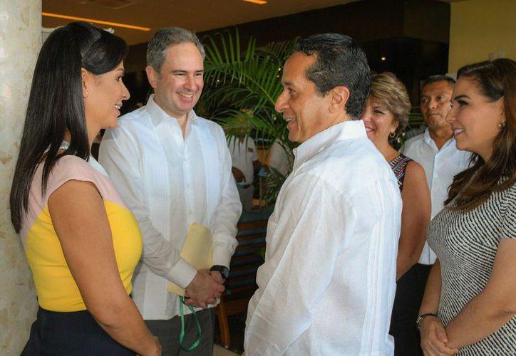 La alcaldesa de Puerto Morelos, Laura Fernández, charla con el gobernador de Quintana Roo, Carlos Joaquín González. (Cortesía)