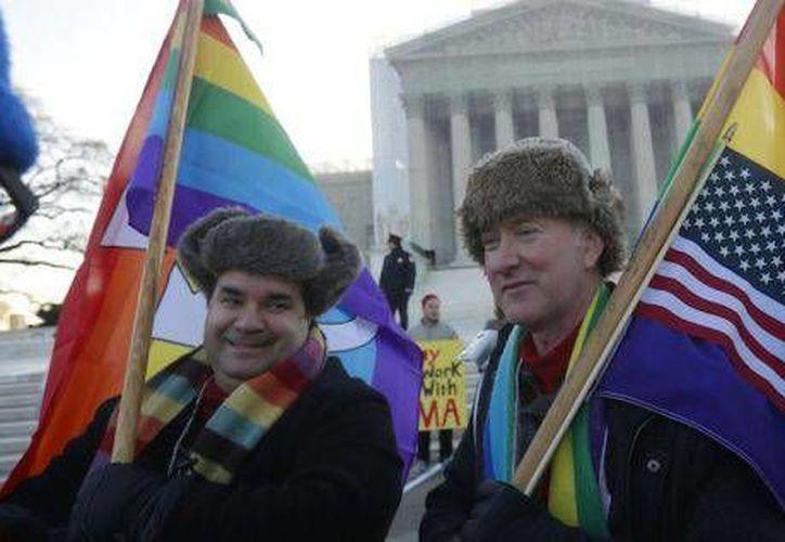 Bajo la nueva medida, las parejas gay obtendrán beneficios como una menor contribución al presentar declaración conjunta. (Archivo/AP)