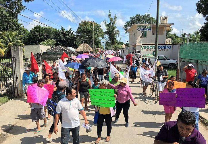 Las personas se detuvieron frente al edificio municipal, donde permanece el campamento que acondicionaron las familias desde hace seis días. (Javier Ortíz/SIPSE)