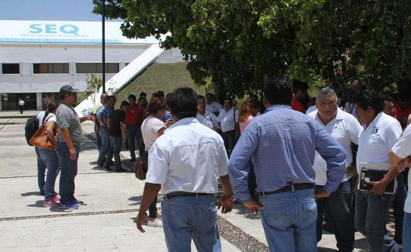 Los docentes suspendieron labores para presentarse en la dependencia educativa, dejando sin clases a más de 12 mil alumno. (Joel Zamora/SIPSE)