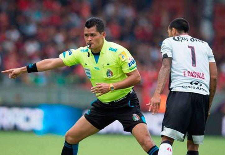 El árbitro Jorge Pérez Durán está en medio de la polémica, luego de que marcara un penal a favor del Atlas y minutos después se echara para atrás, en el partido frente a Toluca. (Milenio Digital)