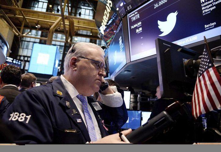 Un bróker observa su monitor durante la salida a bolsa de las primeras acciones de la red social. (EFE)