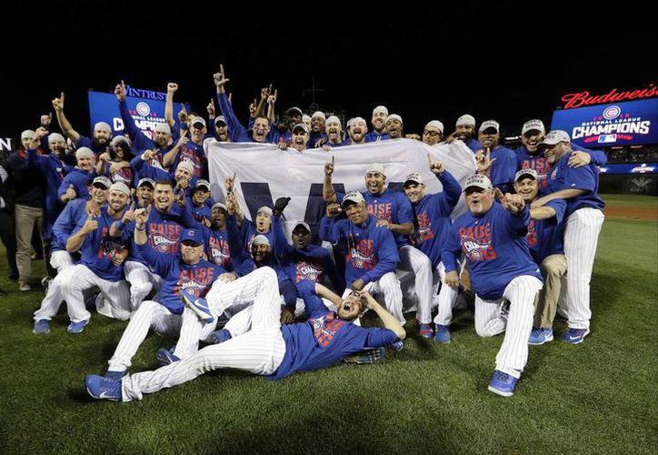 Jugadores de Cachorros festejan su regreso a la Serie Mundial de Beisbol por primera vez desde que terminó la Segunda Guerra Mundial. (AP)
