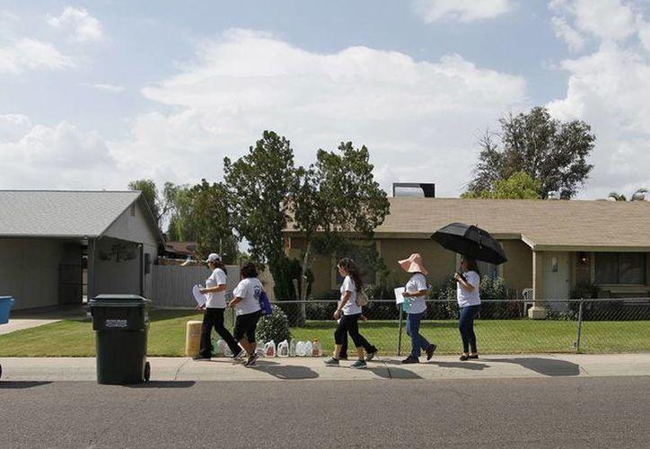 Un grupo de vecinos pasa casa por casa advirtiendo de un asesino serial en un vecindario de Phoenix, Arizona. (AP)