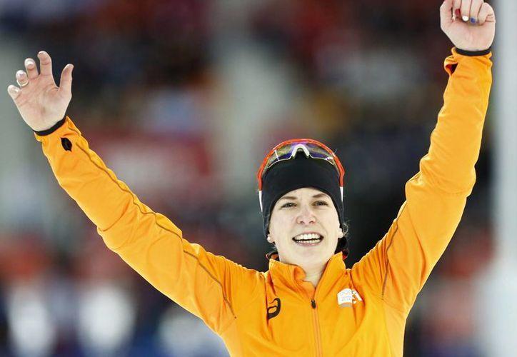 La holandesa Irene Wust celebra su victoria en los 3.000 metros de patinaje de velocidad, en Sochi 2014. (EFE)