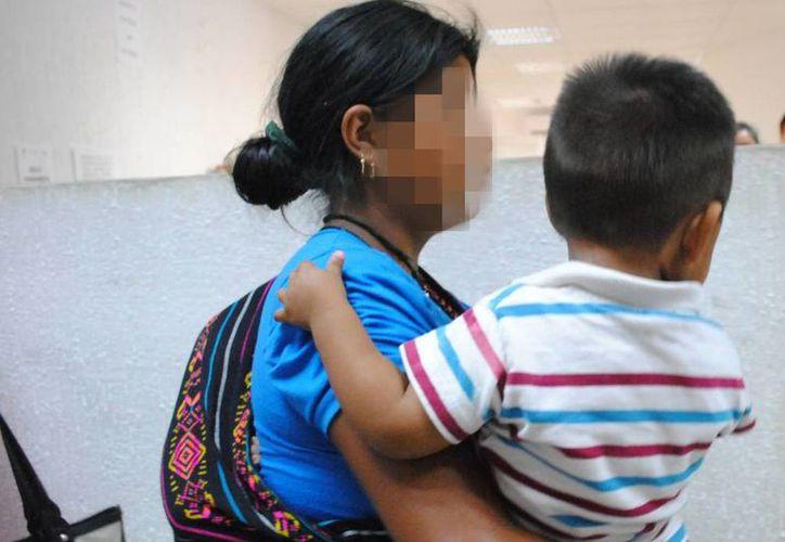 Muchos inmigrantes llegan a Yucatán de paso para seguir hasta EU, pero muchas veces los sobrepasa las necesidades. Imagen de contexto de una mujer guatemalteca con su hijo. (Archivo/SIPSE)