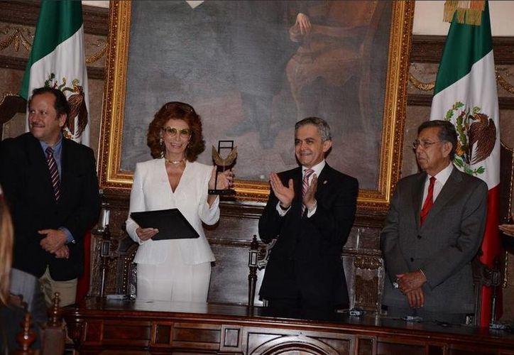 La actriz italiana celebró en la capital mexicana su cumpleaños número 80. (Twitter.com/@ManceraMiguelMX)