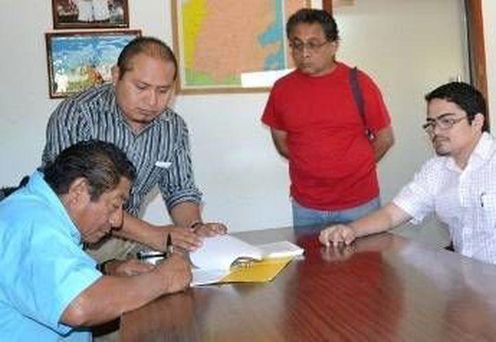 Atestiguaron la firma del convenio, el director de Seguridad Pública Tránsito y Bomberos, Celestino Palomo Balam y el regidor Carlos Chable Mendoza. (Redacción/SIPSE)