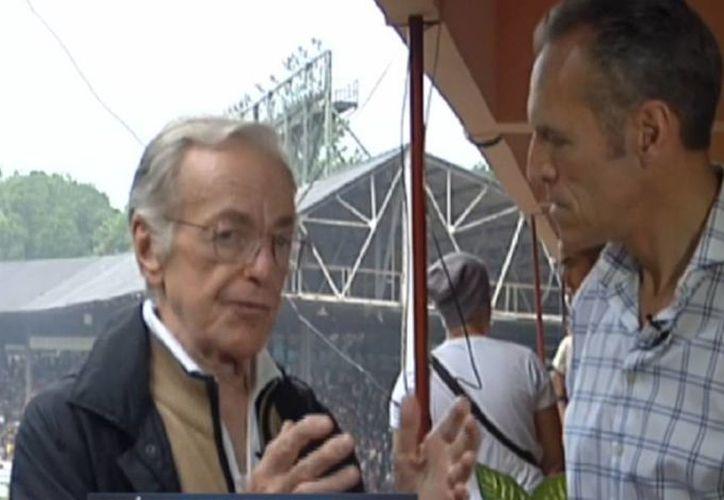 Imagen de la última aparición de Jacobo Zabludovsky acompañado de Heriberto 'el joven Murrieta' en el partido de futbol en Cuba entre el Cosmos de Nueva York y la selección de Cuba, el pasado 2 de junio. (Captura de pantalla/video de ESPN)