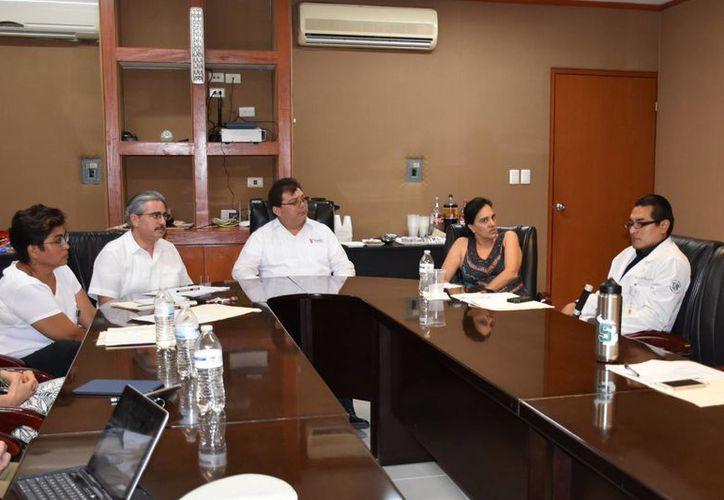 Autoridades de salud de Yucatán y Michigan iniciaron un proyecto de investigación que brindará seguimiento al desarrollo neurológico de niños cuyas madres presentaron infección por virus del zika durante el embarazo. Al centro de la foto, Jorge Mendoza, titular de la SSY. (Fotos cortesía del Gobierno estatal)