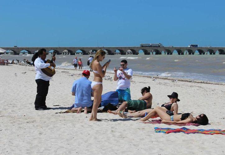 Turistas que llegaron de New Orleans en el crucero Elation dejaron este jueves pocas ganancias en el puerto de Progreso. (Milenio Novedades)