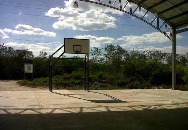 Esta es la cancha de usos múltiples en Acanceh donde se ha reportado la presencia de aluxes. (Jorge Moreno/SIPSE)