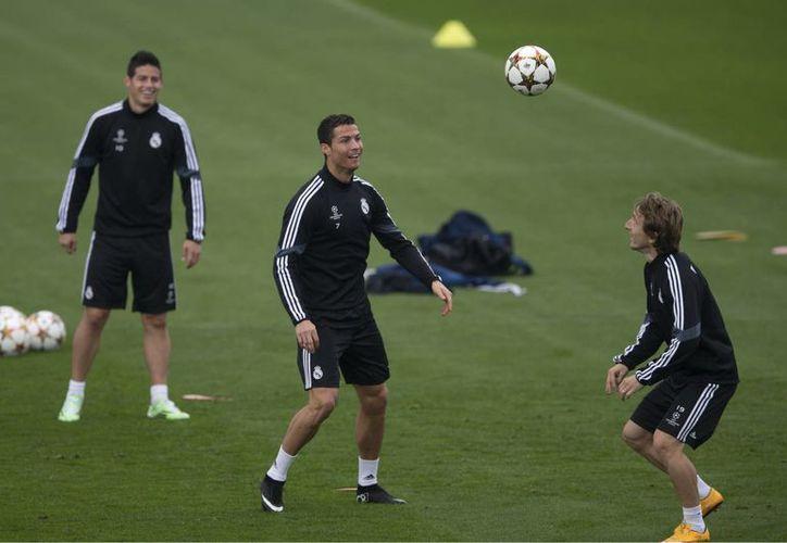 Cristiano Ronaldo (c), a quien se ve durante un entrenamiento de Real Madrid está a punto de destronar a un exmadridista, Raúl, como máximo rompe redes en la historia de la Champions League. (Foto: AP)