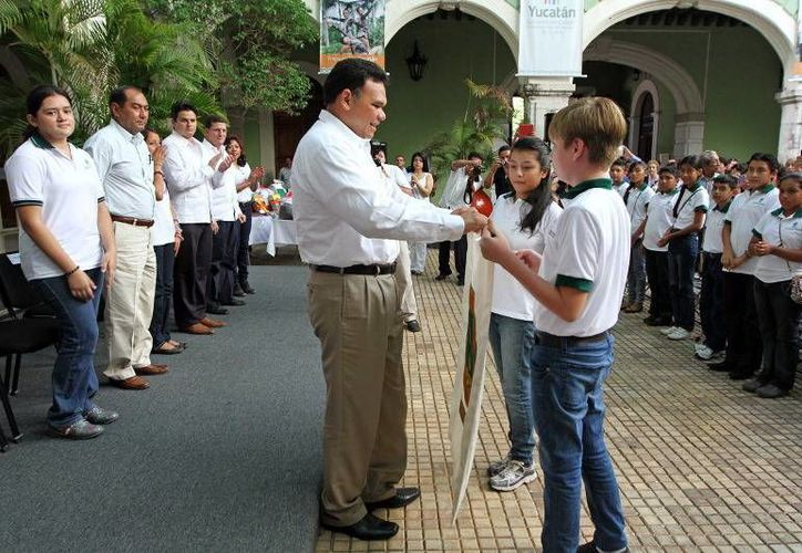 El gobernador Rolando Zapata Bello entrega el estandarte de Yucatán a alumnos destacados. (Milenio Novedades)