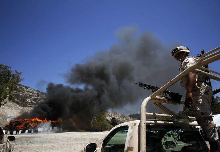 Esta mañana el Ejército incineró en nueve estados del país, de forma simultánea, más de 138 toneladas de narcóticos. La imagen corresponde al evento realizado en Tijuana, BC. (Notimex)