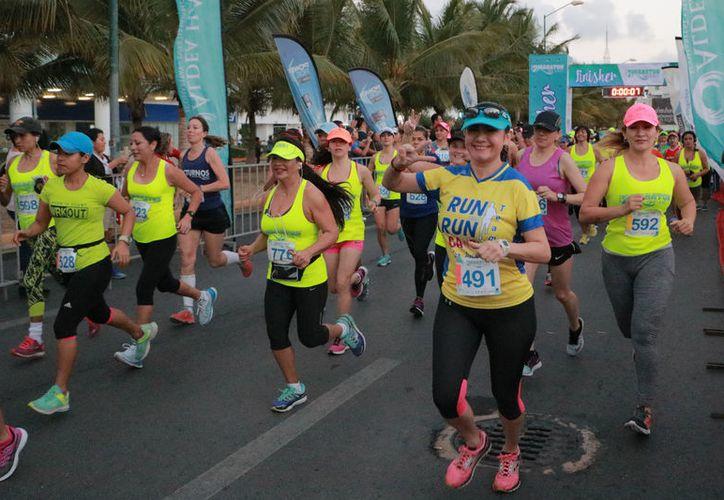 Participaron en la carrera alrededor de mil corredores. (Raúl Caballero/SIPSE)