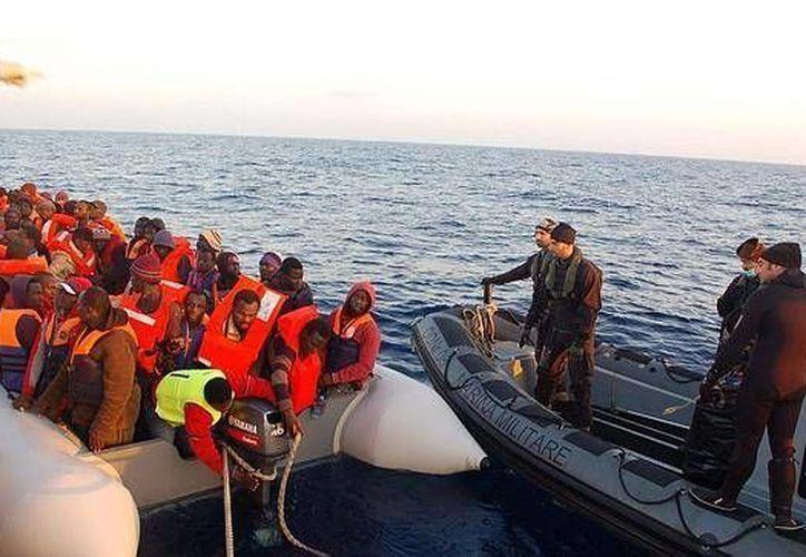 Decenas de miles de migrantes tratan de ingresar ilegalmente a Europa todos los años a través del Mediterráneo. (Archivo/EFE)