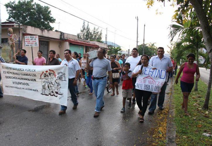 Maestros y médicos, marcharon en las principales de la ciudad de Felipe Carrillo Puerto ( Benjamín Pat/ SIPSE)