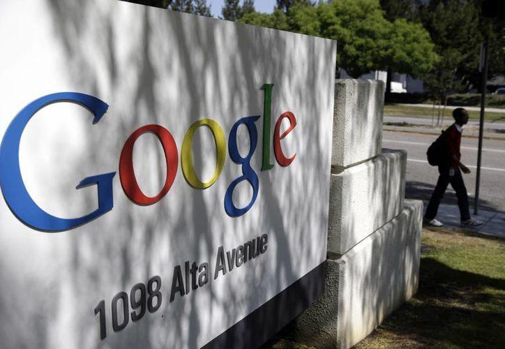 Una persona pasa caminando afuera de las oficinas centrales de Google en Mountain View, California. (Foto AP/Marcio Jose Sanchez, File)